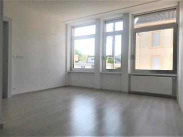 Dans un immeuble très bien tenu (propriétaire unique), en rez de chaussée avec entrée indépendante, appartement de type F3 de 73m² refait à neuf par artisans. Composé d\'une entrée desservant la pièce de vie avec cuisine ouverte équipée (plaques de cuisson, four, hotte), 2 chambres, salle d\'eau (douche extra plat), toilettes séparés. De l\'appartement vous disposez d\'un accès privatif à un sous-sol de 40m² offrant des espaces de stockage et une chaufferie | buanderie ventilées. <br />Une place de parking privée (borne télécommandée) est louée avec l\'appartement (possibilité d\'en louer une seconde si besoin).