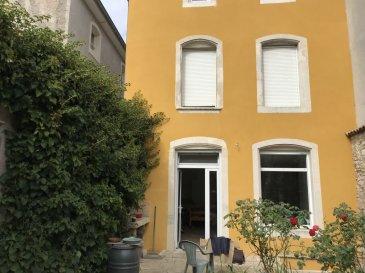 MAISON 5 - TOUL. Au centre de TOUL dans une rue calme, maison de ville très lumineuse avec cour comprenant un vaste séjour, 4 chambres, 2 salle de bains et cave voûtée. Prévoir l'aménagement d'une cuisine. Maison pouvant être séparée en 2 appartements distincts avec entrée privative pour chaque appartement. Prix : 162 000 euros frais d'agence inclus à la charge du vendeur.- barème honoraires : www.tfimmo.com /nos-honoraires.php - Contact : 0675414705 - tfimmo54@gmail.com
