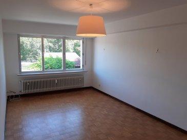 Situé dans le quartier prisé du Limpertsberg, cet appartement de ±54m² est idéalement placé dans le centre-ville à proximité de toutes commodités. Le bien se réparti comme suit :  Un salon avec parquet au sol et donnant sur l'arrière du bâtiment, une cuisine équipée, une chambre au calme, une salle de douche avec douche, lavabo, miroir, et un wc séparé.  Une cave vient compléter l'offre.  Situation idéale proche de toute commodités ; Loyer – 1650€ - Charges 200€ - Garantie locative : 3 mois de loyer ; Frais d'agence : 1 mois de loyer + TVA 17%  Agent responsable : Pierre-Yves Béchet E-mail : Pierre-Yves@vanmaurits.lu Tél : 621 654 086
