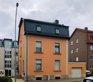 En exclusivité chez Active Invest, une jolie maison libre des 4 côtés avec garage et grand emplacement extérieur, à Dudelange, proche de toutes commodités.  Cette Maison individuelle est composée comme suite:  Au rez-de-chaussée/RDC se trouve: - un hall d'entrée  - une cuisine séparée - 2 chambres à coucher de +/-16m2   Au 1er étage: - cuisine séparé   - un living - une chambre à coucher   au 2ième étage: - une chambre à coucher +/-13m2 - deuxième chambre à coucher à +/-16m2 - troisième chambre à coucher à +/-16m2 avec accès au grenier aménageable  Sous-Sol: - grande cave - buanderie  - WC séparé -SDD  La maison dispose d'un garage et grand emplacement extérieur  Des travaux de rénovation sont à prévoir  L'objet est à 2 minutes à pied de la gare principale « Dudelange-Burange» et un arrêt de bus se trouve directement devant.  Toutes autres commodités se trouvent à quelques pas (centre commercial, autoroute, écoles, etc)  Nous sommes, en permanence, à la recherche de nouveaux biens à vendre (terrains, maisons, appartements).  Financement et Revente de votre actuel bien immobilier : Entre autres nous vous proposons la possibilité de vous guider et vous conseiller pour le financement de votre projet en passant par notre courtier partenaire agréé par la CSSF.  Nous nous occuperons aussi de la revente de votre bien immobilier. Nous restons à votre entière disposition pour tout renseignement complémentaire.  N'hésitez pas à nous contacter par mail sur info@active-invest.lu   Schwätze Lëtzebuergesch  Parle Français  Spreche Deutsch  Speak English