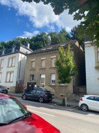Maison de rapport à rénover avec beaucoup de potentiel et très intéressant pour des investisseurs.    Agence ELITE IMMO vous propose en exclusivité la vente d'une maison de rapport au cœur de Dommeldange, situè sur la route d'Echternach, à 10mn au centre ville et 15 mn à Kirchberg. La maison se compose comme suit : Au rez-de-chaussée, un appartement de 95 m2 et un cour privatif de 20 m2 à l'arrière de la maison. Au 1er et 2eme étages, un duplex de 130 m2 et une terrasse de 28 m2 à l'arrière de la maison.  L'arrière de la maison est exposé plein sud avec une vue sur la foret.  La maison nécessite des travaux de rénovation complet. Possibilité de construire une étage en plus, demander de faire un cadastre vertical et réaliser plusieurs lots.   Situé dans un quartier dynamique proche de centre ville et Kirchberg. De nombreux commerces à proximité, transport en commun,  etc...  A saisir absolument  N'hésitez pas à me contacter pour plus de renseignement.  Volkan BILSEL Gsm : +352 621 490 737 Email : volkanbilsel1@yahoo.fr