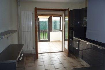 Maison F4 avec 3 chambres sur s/sol. THIONVILLE - VEYMERANGE - Laissez-vous séduire par cette maison F4 (3 chambres) idéalement située au calme dans une rue de riverains, offrant 95 m² environ et proposant :   au rdch 1 entée, 1 salon- séjour (26 m²)  1 cuisine équipée (12 m²) ouvrant sur une véranda de 10 m² allant vers le jardin wc,  à l'étage  3 chambres (15, 11, 9), sde composée d'1 douche et fenêtre,  wc,   sous-sol : buanderie û cellier û atelier (pièces carrelées) et garage équipée d'une porte motorisée.  Le tout sur 3 ares  chauffage gaz, Dv pvc, maison rénovée en 2009,     proposée à 245.000 €  DPE : C Coût du chauffage annuel 464 €  Honoraires a la charge du vendeur  AGORA THIONVILLE 03 82 54 77 77