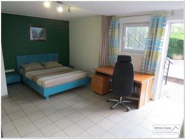 Très belle chambre meublée NON FUMEUR situé au rez de jardin d\'une maison haut standing, avec une surface habitable de +/- 50 m2 composé d\'une chambre à coucher, cuisine équipée, coin lounge, terrasse et jardin.<br><br>Une chambre à coucher meublée<br>Salle de douche privée avec lavabo et WC<br>Cuisine équipée (à partager avec les autres locataires)<br>Coin lounge<br>Parking<br>Terrasse<br>Jardin<br><br>Options:<br>Chauffage au gaz<br>Jacuzzi et sauna (moyennant 39,- EUR de l\'heure pour les deux)<br>Machine à laver<br>Sèche linge<br><br>Deux formules de location sont possibles, comme suit:<br><br>1) Loyer: 1050,- EUR TTC pour une seule personne / Caution: 2100,- EUR<br> 2) Loyer: 1300,- EUR TTC pour un couple / Caution: 2600,- EUR<br><br>Disponibilité: Immédiate !<br><br>Merci d\'avance pour l\'intérêt que vous portez à cet objet et à nos services. <br><br>Contactez ou appelez nous pour organiser une visite on vous le fera découvrir. Veuillez, s.v.p., respecter les ordres sanitaires actuelles (Covid19 oblige). Merci.<br><br>Nous sommes aussi disponibles pour visites le samedi selon la disponibilité des propriétaires.<br><br>Pour d\'autres annonces non présentés sur ce site, visitez www.immocasa.lu<br><br>Nous recherchons en permanence pour la vente et pour la location des appartements, maisons, terrains à bâtir et projets autorisés pour clientèle existante. Achat éventuel par notre société.<br><br>N\'hésitez pas à nous contacter si vous avez un bien ou plusieurs pour la vente.<br><br>Nos estimations sont gratuites.<br><br>Cet objet se situe géographiquement dans un environnement calme, très bonne mobilité (autoroute A7 à proximité), bus et train (+/- 800 m), écoles, lycées, surfaces commerciales, <br>