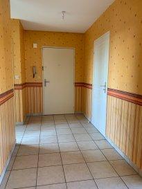 Appartement Type F4 de 81.38m² situé au 3eme et dernier étage d'une petite copropriété comprenant une entrée avec placard, débarras, cuisine séparée avec coin repas, salon-séjour avec accès terrasse , dégagement, deux chambres dont une avec placard intégré, salle de bains et WC . Garage individuel privatif . Double vitrage PVC, chauffage gaz individuel récent