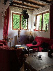 MAISON DE BOURG.  Maison restaurée de quatre pièces, donc une chambre et salle de douches au rez-de-chaussée, cuisine aménagée et équipée, accès terrasse avec belle vue sur la campagne.<br> Garage, cave, puits, terrain 483m2