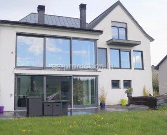 AG Promotion vous propose d\'acquérir une très belle maison de 350m2 habitables, érigée avec élégance et raffinement, située au calme du village de Ehlange-Sur-Mess, à seulement 10 minutes de Luxembourg-Ville.<br><br>Bénéficiant d\'une localisation, superficie et luminosité exceptionnelles, cette maison offre :<br><br>Rez-de-chaussée : hall d\'entrée, cuisine équipée ouverte sur living et salle-à-manger, WC séparé, suite parentale avec dressing et salle-de-douche Italienne, débarras, bureau.<br>1er étage : 3 chambres à coucher (toutes les chambres sont équipées des armoires encastrées), 2 salles-de-douche à l\'Italienne, 1 dressing/bureau pouvant servir également de chambre. <br>Sous-sol : cuisine équipée, grande salle-à-manger donnant accès sur la terrasse et le jardin, salle de sports, bureau, salle-de-douche avec sauna, cave à vin, 2 garages, 4 emplacements extérieurs, jardin.<br><br>Pour toute information supplémentaire ou éventuelle visite veuillez contacter le 661 16 06 01 ou info@ag-promotion.lu <br><br><br />Ref agence :3553730