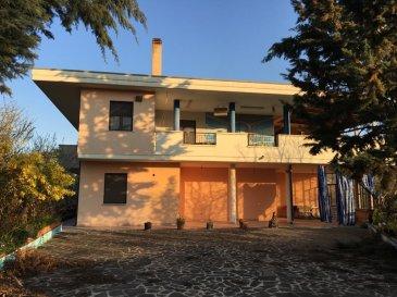 Très belle maison clôturée à vendre à Pineto (Pescara) en Italie de 250m2 à 2 étages divisée en 2 appartements   Au rez de chaussée : 1er appartement comprenant 1 living avec cuisine ouverte et équipée, 2 grandes chambres dont une avec salle d'eau privative, un bureau et une salle de bain indépendante avec douche à l'italienne. Une grande terrasse est comprise dans cet appartement   Au 1er étage : un 2ème appartement avec salon salle à manger, une cuisine séparée et équipée donnant sur un grand balcon (avec accès possible du living également), 3 chambres à coucher  dont une avec salle d'eau privative, et une salle de bain indépendante avec baignoire et douche.   Garage indépendant pour 2 à 3 voitures.   Cette maison est située sur un terrain de 20 ares avec des arbres fruitiers; possibilité de réaliser 1 piscine et profiter du beau paysage.   Prix de vente : 370.000€   Commodités : Boulangerie et supermarché à 1 km Borgo Santa Maria. On peut même y aller à pied, à vélo …   A quelques kms de la plage (5 mins en voiture) et des magasins du centre ville de Pineto et à 2 heures de route de la capitale d'Italie.     Vol direct de Charleroi ou Francfort Hahn à Pescara avec Ryanair.   Pour plus de renseignements, contacter Monsieur Federico Tinelli au : 691 241 181