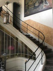 IMMEUBLE 0 - TOUL. Au cœur du centre ville de Toul quartier mairie, venez visiter cet immeuble de Maître comprenant 5 lots + coure et cave.Cet ensemble immobilier est composé :En RDC : d'une cellule commerciale actuellement louée et d'une dépendance de 40 m² à transformer en appartement avec cour.Au 1er étage :  un appartement F4 de 95 m² à rénover et un second appartement de type F2 de 50 m² sans travaux à prévoir, rénové en 2015.Au 2éme étage : combles aménageables de 80 m²Idéal pour un investisseur !! Prix : 178 000 euros frais d'agence inclus à la charge du vendeur.- barème honoraires : www.tfimmo.com /nos-honoraires.php - Contact : 0675414705 - tfimmo54@gmail.com