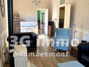 Rare et exclusif à Longuyon, à 40 minutes de Belval et à 60 kms de Luxembourg Centre, superbe maison de Maitre jumelée (5 ou 6 chambres et 3 salles de bain) totalement rénovée d'environ 220m² habitables et de 120m² de surface sol (grenier et sous-sol) sur 11,5 ares de terrain arboré et sans vis-à-vis.  Le rez-de-chaussée se compose d'une salle à manger, d'un bureau ou chambre avec poêle à bois, d'un séjour de 26m² avec poêle à bois et accès vers l'extérieur, d'un cellier, d'un wc et d'une cuisine full équipée très lumineuse de 23m² avec accès vers le terrain.  Au premier étage se trouvent la chambre parentale (25,3m²), 2 chambres (15,3m² et 15m) communicantes avec un espace dressing ; à noter, dans cette pièce, des arrivées et évacuation d'eau sont présentes. Complètent ce niveau deux salles d'eau, l'une avec cabine de douche haut de gamme et meuble vasque et l'autre avec une baignoire d'angle, une douche et un meuble deux vasques. Un wc séparé est également présent. Au second étage et dernier étage, nous retrouvons 3 autres chambres (2 de 15m² et une de 9m²), une salle d'eau (douche et meuble vasque), un WC et un grenier sur deux niveaux d'environ 60m² de surface sol. Le sous-sol est composé  d'une cave avec espace chaufferie, d'un atelier, d'une buanderie et de deux caves pour stockage.   Terrain de 11 ares plat, arboré et entretenu avec petite cour sur le devant (portail électrique), 2 garages avec portes motorisées, un carport et un garage moto. Très peu de vis-à-vis sur l'arrière, environnement très calme et naturel.  Parquet chêne massif (sauf dans les pièces d'eau), mosaïque dans le couloir, maison saine, parfaitement entretenue et lumineuse.  Maison rénovée avec gout entre 2012 et 2016, tout en conservant le caractère bien spécifique des demeures de Maitre, avec des entreprises locales réputées pour un montant d'environ 150 000€ de travaux avec notamment l'aménagement de la cuisine (ossature bois avec 30 cm d'isolation, triple vitrage Schuco, volets électriq