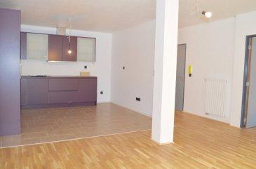 RE/MAX Partners, spécialiste de l'immobilier à Dudelange, vous propose à la location ce bel appartement de 2015, d'une superficie d'environ 85 m2 habitables. Il est situé au premier étage d'une résidence de standing de 3 appartements. Tout juste rénové.  Il se compose de la manière suivante:   - un hall d'entrée   - une cuisine équipée ouverte sur le living donnant accès à un balcon    - de 3 chambres dont 1 accès sur le balcon   - d'une salle de douche avec douche italienne   - d'une cave et d'une buanderie   * Terrasse d'environ 33 m2 sur deux niveaux   * Finitions haut de gamme  Proche de toutes commodités.  Appartement de qualité à venir visiter rapidement ! Coup de coeur assuré!  Pour informations ou visites: Monica DOROSZEWSKI 621 492 026 monica.doroszewski@remax.lu