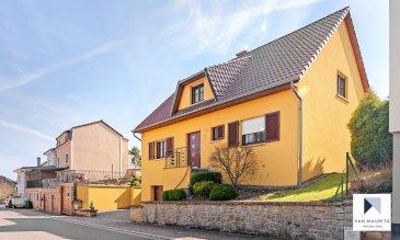 Située à Flaxweiler, proche de la sortie d'autoroute A1, dans la commune recherchée à l'est de Luxembourg-ville, cette maison construite 2001 dispose d'une surface habitable de ± 168 m² pour une surface totale de ± 290 m. Elle se compose de la façon suivante :  Le rez-de-chaussée dispose d'un hall d'entrée ± 8 m² qui donne sur le séjour de ± 37 m² avec cheminée et accès à la terrasse de ± 33 m². La cuisine équipée et aménagée de ± 17 avec ilot centrale dispose également d'un accès direct à la terrasse. L'étage reprend encore un palier de ± 7m², une salle de douche avec WC ± 8 m², une chambre / bureau de ± 14 m² et d'un débarras.  Le 1er étage se compose d'un palier de nuit avec coin repos / lecture de ± 10 m², de trois chambres à coucher de ± 12, 12 et 15 m², d'une salle de bain avec baignoire et douche de ± 8 m², d'un dressing de ± 6 m² et d'un débarras de ± 4 m².  Le sous-sol comprend un palier de ± 13 m², une cave de ± 20 m², une buanderie de ± 9 m², un grand double garage de ± 49 m² et d'un local technique avec un chaufferie au mazout de ± 10 m².  La terrasse ± 33 m² est orientée Sud Ouest, donnant sur un petit jardin avec une belle vue dégagée sur les prairies.  Proche de toutes commidités du village et accès facile à l'autoroute A1.  Généralités:  Maison bien entretenue; Chauffage Mazout Grand Garage 4 chambres deux salles de bains / douche Jardin Transports publics - Ecole Dreiborn