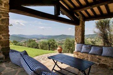 En Toscane, à quelques kilomètres de Sienne, cette magnifique propriété de prestige, entourée par un verdoyant parc avec jardin et des forêts, est proposée à la vente.<br><br>Restaurée suivant les règles de l\'art, les bâtiments s\'étendent sur 900m2 et comprennent : une villa, trois annexes, un sauna, une vielle ferme exploitée comme bureau, trois caves, dont une utilisée pour y entreposer huile et vin.<br><br>La propriété s\'étend sur 60 hectares, des portions de terrain étant occupées par des oliviers, des vignes, des plantations de légumes, et des arbres à bois.<br><br>- IT -<br><br>In provincia di Siena, a pochi chilometri da Trequanda, al confine tra la Val d\'Orcia e le Crete Senesi, proponiamo in vendita<br>questa bellissima tenuta di prestigio, circondata da un rigoglioso parco con giardino e bosco.<br>Perfettamente ristrutturata, la proprietà immobiliare si sviluppa su circa 900mq ed è composta dalla villa padronale, da un<br>casale, da un vecchio fienile adibito ad uffici e da tre cantine, di cui una adibita alla conservazione del vino e dell\'olio.<br>La villa padronale ha una superficie di circa 500mq, sviluppati su due livelli, con pareti in pietra faccia vista ed uno splendido<br>loggiato a doppio ordine di archi. Il piano terra è costituito da una cucina con dispensa, una sala da pranzo, un salone ed un<br>ulteriore sala con grande camino, una biblioteca/studio ed un bagno. Al secondo piano troviamo 5 camere ed ulteriori 2 bagni.<br>Il casale è suddiviso in tre appartamenti: il primo di 75mq composto da cucina con salotto e camino, una camera matrimoniale,<br>una camera singola ed un bagno; il secondo di 40mq composto da angolo cottura, camera matrimoniale e bagno; il terzo di<br>90mq composto da cucina, salotto, due camere matrimoniali e bagno. Fanno parte di questa struttura anche una sauna ed un<br>bagno turco, le tre cantine ed una lavanderia.?<br>L\'antico fienile di circa 80 mq è attualmente adibito ad uffici.<br>Completano la proprietà una pis