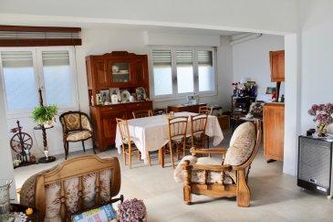Charmant appartement 136 m2 à Longwy Bas, proche toute commodité, secteur piscine. Très beaux volumes et lumineux. Il se compose: - 1 vaste entrée de 10 m2 donnant sur un salon/séjour de 27 m2; - 1 cuisine séparée non équipée de 13 m2; - 1 wc séparé; - 1 salle de douche de 9,5 m2; - Un couloir desservant 3 chambres de 13,3 - 12,4 et 22 m2. - Cave - jardin attenant à l\'appartement clos et arboré. Pas de travaux à prévoir à part la pose d\'une cuisiné équipée et l\'installation du double vitrage partout.  Chauffage individuel au fioul (1400 € /an) Electricité 300 €/an Charges de copropriété 300 €/an Taxe foncière 1200 €  DPE=E / CO2=D  149 000 € (frais d\'agence inclus 7000 €)