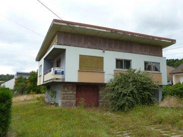 Nous VENDONS à REMERING (Moselle)  à proximité immédiate de la frontière allemande, à moins de 10 kilomètres de la ville de CREUTZWALD ;  une maison individuelle de style vintage (années 60) y compris pour son intérieur, établie sur un terrain plat de 8a41.  Elle offre sur une surface habitable de 98 m2 à l\'étage :  Un salon de 21,35 m2 avec accès balcon Un séjour séparé de 19,07 m2 Deux chambres de 14,45 et 14,21 m2 Une cuisine de 13,32 m2 Une salle de bains de 6 m2 WC séparé.  L\'ensemble sur un rez-de-jardin qu\'il est encore possible d\'aménager pour partie en surface habitable.  Un garage pour une voiture  *** Relié à l\'assainissement collectif.  LIBRE DE SUITE  CONTACT :  Gérard STOULIG – Agent commercial au 06 03 40 33 55 ou l\'agence au 03 87 36 12 24.  NB : Les frais d\'agence sont inclus dans le prix annoncé.