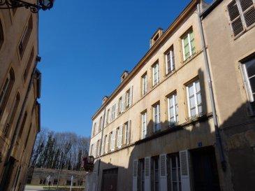 CENTRE VILLE, à 10 min de l'île du Saulcy et du lycée Fabert, rue de la Vignotte, au 1er étage, appartement 3 pièces de 62 m² comprenant un séjour ouvert sur coin-cuisine, deux chambres, une salle de bain/WC. Chauffage individuel au gaz.