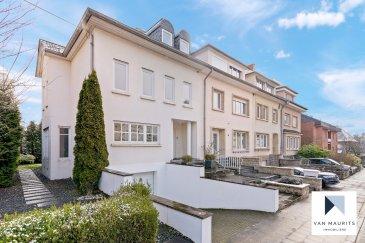 Cette belle et récente maison est libre de trois côtés. Elle se situe à Limpertsberg, dans une rue calme (1, rue Guillaume Capus). Datant de 1994, elle bénéficie d'un terrain de 3a 27ca et d'une surface de ± 290 m², dont ± 217 m² habitables.  Elle se compose comme suit :  au rez-de-chaussée une entrée de ± 16 m² avec un escalier conduit vers un espace séjour/salle à manger disposant d'une cuisine ouverte, le tout de ± 58 m² avec une sortie sur une terrasse de ± 18 m² orientée sud. Un wc séparé complète ce niveau.   Au 1er étage, un palier de ± 13 m² donne sur une suite parentale de ± 25 m² avec sa salle de douche de ± 8 m² (douche, vasque et wc), ensuite sur les deux chambres de ± 14 et 13 m² et une deuxième salle de douche (douche, vasque et wc) de ± 4 m².  Au 2ème étage un palier s'ouvre sur deux chambres et une salle de douche, la totalité faisant ± 65 m² habitables.  Au sous-sol se trouvent : un local technique avec une chaudière au gaz de marque Buderus de ± 5 m², une cave de ± 5 m², une buanderie de ± 9 m² et un double garage de ± 47 m².   Le jardin clôturé par une haie et un emplacement devant le garage complètent l'offre.   Généralités : - Etat parfait, pas de travaux à prévoir ; - 5 chambres à coucher ; - 3 salles de bain ; - Double garage et un emplacement ; - Adoucisseur d'eau ;  - Salon et jardin orientés sud ; - Cheminée traditionnelle au salon ; - Chauffage au gaz ; - Double vitrage ; - Rue très calme ; - A 10 min. à pied du centre de la ville.