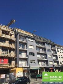 Luxembourg-Belair A vendre dans Résidence « ASTORIA BELAIR » Appartement au 4ième étage à rénover partiellement Année de construction : 1980 --------------------- Appartement d'une surface habitable de 75 m2 - Hall d'Entrée avec garderobe - Living avec balcon (orientation sud) - Cuisine équipée fermée (à refaire) avec balcon (orientation nord-ouest)  - 1 chambre à coucher  - 1 salle de bain avec baignoire, lavabo et W.C. (à refaire) - 1 Balcon direction sud - 1 Balcon direction nord - Cave ---------------------- SURFACES : - Hall -Marbre -8,5 m2 - Living -Parquet -31 m2 - Cuisine -Carrelage -11 m2 - Chambre 1 -Laminat -18 m2 - Salle de bains -Marbre -4,5 m2  - WC séparé -Marbre -2,40m2  - Balcon - Carralge 4 m2 - Balcon - Carralge 2 m2 ---------------------- Les +  - 2 balcons avec orientation nord et sud - à quelques pas du Centre-ville - quartier résidentiel (vignette gratuite) - situation proche transport en commun  - station bus à 20 m (Lignes 5 & 6 (Luxembourg-Bertrange et 215 (Luxembourg-Merl/Helfent)  - Adresse : 16-20, avenue du X Septembre L-2550 Luxembourg -----------------------  Pour plus de renseignement ou un RDV contactez : SIGELUX : Claude Colling 691 650 724 ou 46 71 31 ou info@sigelux.lu