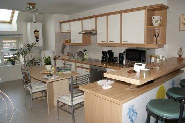 VAGNEY CENTRE, EN COUR INTÉRIEURE, BEL F4 EN DUPLEX Comp : cuisine équipée ouverte sur séjour, 2 chambres, bureau, salle de bains, 2 wc. Parking et cave. CC gaz de ville.
