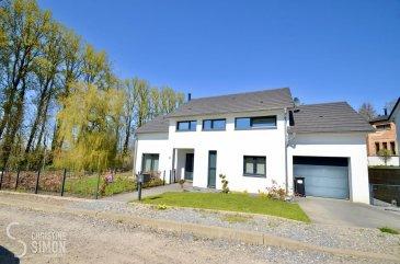 **SOUS COMPROMIS**<br><br>L\'agence immobilière Christine SIMON Sàrl vous propose en exclusivité cette très belle maison libre de 4 côtés située à AUDUN-LE-TICHE (F) à la vente, maison implantée sur un terrain de 6,12 ares.<br>La maison construite en  2013 se compose comme suit:<br><br>Au rez-de-chaussée:<br>Garage pour 1 voiture avec porte de sortie à l\'arrière vers le jardin, une buanderie et  la chaufferie.<br>Hall d\'entrée, cuisine équipée ouverte donnant sur la salle à manger, living/salon avec une cheminée à bois. Espace très lumineux grâce aux grandes baies vitrées avec volets électriques.<br>Sortie vers le jardin. Une toilette séparée. <br><br>Escalier montant vers le 1er étage.<br><br>A l\'étage:<br>Hall de nuit donnant sur les 3 chambres à coucher dont 1 chambre parentale avec un dressing équipé adjacent. Une salle de jeu qui peut être utilisée comme bureau ou chambre à coucher supplémentaire.<br>Une salle bains avec baignoire, douche italienne, lavabo et toilette.<br><br>Extérieurs:<br>Jardin entièrement aménagé, arboré et clôturé avec 2 portillons.<br><br>La maison se trouve dans une impasse, situation tranquille très proche de la frontière luxembourgeoise. Les écoles, crèches, et la gare sont à proximité.<br><br>Du côté technique le chauffage est au sol - pompes à chaleur avec thermostats d\'ambiance. Les sols  au rez-de-chaussée sont en carrelage. Les salles de bains sont également carrelés et dans les espaces nuit (chambres) parquet massif au sol. Les fenêtres sont en triple vitrage avec châssis en PVC.<br><br>Un passeport énergétique sera établi par le propriétaire avant la vente de la maison<br><br>Charges annuelle :<br>Taxes d\'habitation 1209 € <br>Taxe foncière: 1411 €<br><br>Charges mensuelles:<br>Eau: 45 €<br>Gaz et électricité : 140 €<br>Système d\'alarme avec centrale d\'appel et vidéo: 12 € / trimestre.<br><br>La commission de vente pour l\'agence de 3% plus TVA 17 % est à charge du vendeur.<br><br>Pour de plus amples renseignements ou une