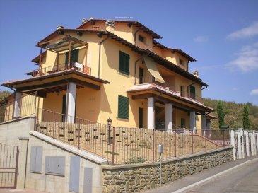 RE/MAX, spécialiste de l'immobilier en Italie, vous propose en exclusivité un appartement avec jardin privatif de 295 m2 environ, au Rez-de-Chaussée d'une résidence de 4 unités, calme, soignée et entretenue. D'une surface de 60 m2 habitables environ, il se compose de la manière suivante :  - Hall d'accueil desservant toutes les pièces. - Un salon-séjour donnant accès, à une très grande terrasse couverte (Pergola). - Une cuisine équipée fonctionnelle ouverte sur le salon-séjour - Une grande chambre avec accès sur le balcon.  - Une salle de douche à l'italienne avec vasque et WC. - Un grand garage individuel avec porte automatique résidentiel. - Grand emplacement privatif avec portail donnant sur le jardin privatif. - Une grande cave de 12 m2 complète cet appartement.  - Un très joli jardin clôturé d'une surface de 295 m2 arboré et fleuri.  L'ambiance intérieure de cet appartement à été réalisée par un décorateur professionnel. Un puit en commun est mis à disposition pour l'arroge du jardin, plantes,…etc. Ce bien est équipé de fenêtres double vitrage et peut être vendu meublé.  Cet appartement se trouve au coeur de la Toscane, à seulement 18 km de la ville d'Arezzo,  à 62 km de la ville de Sienne et à 61 km de la ville de Florence.  Appartement en très bon état et soigné, rien à refaire. Disponibilité immédiate.  Pour toutes informations, photos supplémentaires, veuillez contacter :   MICHAEL CHARLON au 621 612 887 ou par Mail : michael.charlon@remax.lu