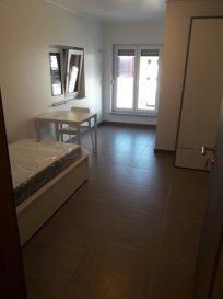 Chambre meublée de +/- 17 m2 avec Salle de douche. Seulement pour 1 personne Cuisine équipée + Buanderie en commun