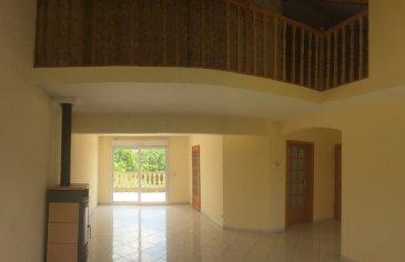 RURANGE LES THIONVILLE En bordure de forêt, cette maison vous charmera par son potentiel et sa tranquillité. Elle se compose d'une cuisine et d'une grande pièce à vivre donnant sur une belle terrasse avec vue imprenable. Au premier étage vous trouverez 3 belles chambres, une salle de bains avec baignoire d'angle et douche. En mezzanine, une grande chambre de 20m2, un bureau. Le sous sol se compose d'un double garage côte à côte avec portes motorisées, d'une buanderie avec douche et wc, et un atelier. Le tout sur un terrain de 7ares comprenant un abri de jardin de 20m2.