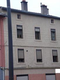 JOEUF - IMMEUBLE DE RAPPORT  FAIRE OFFRE. JOEUF - Ensemble immobilier composé de 4 lots d\'habitation  , 1 hangar loué, 3 garages, 3 caves, 1 cour, 2 remises,  et combles aménageables.<br> 1  F3 de 86 m² (loué)<br>1 F6 de 156 m² (loué)<br>1 F3 de 87 m²  (loué)<br>1 F3 de 87 m² (à rénover)<br>Chauffage individuel gaz (chaudières récentes) - Double vitrage bois - Communs  et toiture en bon état .<br>FAIRE OFFRE <br><br><br><br><br>