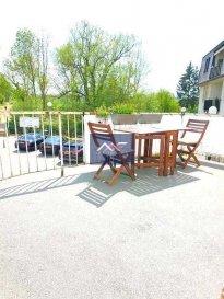 -- FR --<br/><br/>Au calme sur l\'arrière et en plein centre-ville de Mondorf-les-Bains, A LOUER APPARTEMENT MEUBLE 1 CH AVEC TERRASSE PLEIN SUD!!<br><br> L\'appartement offre 1 belle chambre avec sortie sur une grande terrasse gorgée de soleil, 1 living, 1 coin cuisine et 1 SDD avec WC et fenêtre.<br><br>Luminosité et ensoleillement garantis dans tout l\'appartement grâce à une orientation idéale SUD et OUEST.<br><br> La terrasse plein SUD est très agréable et donne sur la verdure, SANS VIS A VIS!<br><br> + Loyer charges tout inclus : 990 EUR/mois<br> + Caution : 2 mois <br> + Disponibilité : 15/07/2019<br>+Frais d\'agence : 1 mois HT+TVA<br><br> !! RARE SUR MONDORF-LES-BAINS, A SAISIR DE TOUTE URGENCE !!<br><br>Idéalement situé à proximité de :<br>- commerces (supermarché, cordonnier, pressing, fleuriste, boucherie, boulangerie...),<br>- cafés, restaurants, salon de thé,<br>- banques, poste, <br>- médecins, kinésithérapeute, pharmacies, <br>- écoles, maison relais, nombreuses crèches, nombreux parcs et aires de jeux pour enfants,<br>- les Thermes et le Casino,<br>- infrastructures sportives: terrain de foot, piscines thermales, club de fitness, hall sportif, courts de tennis,<br>- nombreux clubs (cyclisme, foot, tennis, karaté, basket, hand-ball...) et associations culturelles (chant, chorale, musique, harmonie, Scouts, art créatif\'),<br>- Arrêts de bus et accès autoroutiers pour Luxembourg Ville, Remich ou Esch-sur-Alzette.<br><br />Ref agence :L_Appt1CHM_Mondorf