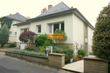 Belle maison libre des 4 côtés, située sur un terrain de 7a70 sur les hauteurs de Echternach dans une rue calme avec une belle vue sur la Basilique.  La maison dispose de :  Rez-de-chaussée : Hall d\'entrée, 2 chambres à coucher, 1 bureau, 1 salle de douche + WC, cave/débarras, chaufferie et garage pour 1 voiture. On dispose également d\'une grande terrasse avec accès au magnifique jardin.  Etage 1 : Palier, grand living/salle à manger avec accès au balcon, belle cuisine équipée avec salle à manger, salle de bain + WC et 2 chambres à coucher.  Grenier : Grande espace ouvert utilisable p.ex  comme fitness  La maison se trouve dans un état impeccable et libre de suite.   Ref agence : 234