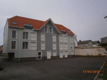 REF 5551  Dans une résidence av ascenseur magnifique emplacement près de la mer, appartement au dernier étage : Séjour av coin cuisine salle bains, wc, nombreux placards, chambre REF 5551