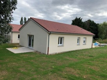 Maison neuve de plein pied avec jardin privatif, comprenant entrée, cuisine aménagée ouverte sur séjour avec accès terrasse, 3 chambres, salle d'eau et cellier