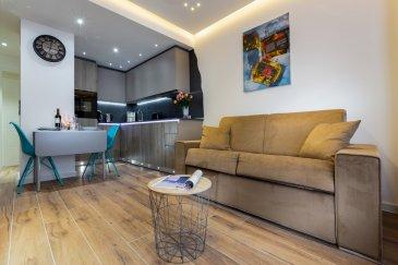 Appartement N° 31 meublé de grand standing d'une chambre à Luxembourg Appartement de très grand standing - 1 chambre à coucher  B&C Immobilière en collaboration avec AA+IMMO vous propose à la location un appartement N° 31 entièrement meublé et équipé d'une chambre à coucher d'une surface habitable de 40 m2 situé au 3ème étage avec ascenseur.  Situé dans la ville de Luxembourg, plus précisément au 54, avenue de la Liberté L – 1930 Luxembourg, nous vous proposons des appartements indépendants avec des éléments design et une connexion Wi-Fi gratuite.  L'aéroport de Luxembourg-Findel est accessible en 11 minutes de route, la gare centrale en 3 minutes à pied, le centre-ville en 5 minutes à pied.  Dotés de tissus muraux luxueuses et d'un style design, tous les appartements sont pour - vus d'un coin salon comportant un canapé ainsi qu'une télévision à écran plat. Ils comprennent en outre une cuisine américaine et une salle de bains moderne dotée d'une douche ou d'une baignoire.  Vous trouverez de nombreux bar à vin, restaurants, bars et supermarchés à 5 minutes à pied. Vous serez à 800 mètres de l'église du Sacré-Cœur et à 1,3 km de l'hôtel de ville. Vous rejoindrez le quartier commerçant et la place d'Armes centrale en marchant moins de 15 minutes. Un parking privé est à votre disposition moyennant des frais supplémentaires.(350€/mensuel)  Tous nos appartements sont après chaque départ entièrement nettoyé et désinfecté et sont dans un excellent état.  EQUIPEMENT  1 chambre à coucher, Salle de bain (balnéo), Cuisine américaine entièrement équipée, séjour, canapé-lit, Air conditionné (froid/chaud), Wifi Gratuit, lingerie et serviettes sont fournies, Hifi, TV à écran plat, DVD Blue Ray, Lave et sèche-linge, fer à repasser, Insonorisation, porte d'entrée blindée, coffre-fort, lave vaisselle, congélateur, four, micro-ondes, Vaisselle, triple vitrage, luminaires led direct et indirect, stores électriques, rideaux et lambrequins.  Possibilité de prestation de ménage à domicile 