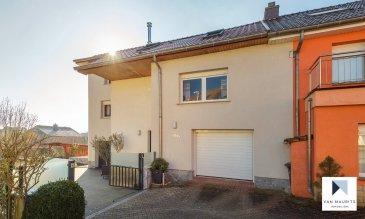 Belle maison jumellée à 4 chambres avec terrain constructible supplémentaire sur Niederanven Située à Niederanven, dans un quartier résidentiel calme, cette maison jumelée présente une surface habitable de ± 149 m² pour une surface totale de ± 207 m². Complétement rénovée en 2013. Elle se compose comme suit:   Au rez-de-jardin, le hall d'entrée ± 2 m² avec salle de bain ± 5 m² donne accès au garage avec atelier ± 24 m², à la buanderie ± 10 m², à une salle de douche ± 6 m² et enfin, à une véranda ± 13 m².   Le 1er étage comprend un palier ± 10 m² desservant deux chambres de ± 17 et 11 m², une salle de douche ± 4 m², un séjour ± 21 m² et une cuisin ouverte avec salle à manger ± 11 m² et une terrasse de ± 40 m².   Le 2ème étage sous combles se compose d'un palier avec bureau ± 11 m², d'une salle de douche ± 4 m² et de deux chambres à coucher de ± 11 m² et 13 m².   Détails supplémentaires:   Châssis pvc sécurisés avec volets électriques, double vitrage (2013) ;  24 panneaux solaires avec un rendement mensuel de 120 € ;  Chaudière au gaz (2013) ;  Terrasse de ± 40 m²;  Bâtiment de garage isolé ;  Carport isolé ;  Jardin ;  Terrain constructible de ± 4 ar 68 ca pour 1 maison jumelée supplémentaire (no. cad.: 201/2926) ;   Belles promenades dans les alentours ;  Idéalement située, dans une commune dynamique offrant de nombreuses commodités: écoles, crèches, commerces de proximité et supermarchés, piscine, centre sportif, ...  Accès autoroutier à Niederanven.