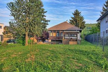RE/MAX Luxembourg, spécialiste de l'immobilier à Steinheim, vous propose à la vente cette maison libre de 4 côtés.  La maison a été construite en 1972 et est de construction en bois. Complètement rénovée à l'intérieur et en cours de rénovation extérieur cette maison saura vous séduire par ses finitions.  La maison est composé d'un coin salon/salle à manger d'une surface d'environ 34m2, d'une cuisine complètement équipée avec un îlot central pour une surface d'environ 20m2. Le hall d'entrée dessert le living, la cuisine, une salle d'eau avec WC, deux chambres (13m2 / 10,5m2) ainsi que l'étage inférieur.  À l'étage inférieur vous trouverez une 3ème chambre d'une surface de 14,3m2 et une grande buanderie. À l'extérieur vous disposerez d'un grand jardin ainsi que d'une grande surface pouvant servir de parking.  Le chauffage est au mazout et la chaudière Buderus date de 2016. La maison possède des volets électriques ainsi que du triple vitrage. Lors des travaux de rénovation une isolation complète de la maison a été effectuée.  Le passeport énergétique datant de 2015(avant les travaux), l'indice énergétique changera lors de l'émission d'un nouveau P.E.