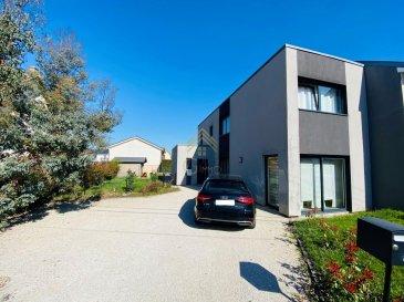 Très belle maison située dans une rue très calme au sein d\'un lotissement pavillonnaire de Mondelange à proximité immédiate de tous commerces (Lidl), restaurants, parc de loisirs de la Ballastière ainsi que d\'Amnéville.<br><br>La gare de Hagondange se trouve à moins de 15 minutes à pied, gare qui dessert le Luxembourg ainsi que Metz.<br><br>Le bien de 105 m² habitables et dans un état irréprochable se compose comme suit:<br><br>RDCH:<br><br>Hall d\'entrée, <br>WC séparé, <br>Living avec sa cuisine ouverte de 46 m² avec accès terrasse et jardin,<br>Cellier/buanderie,<br><br>1er étage:<br><br>Hall de nuit, <br>2 chambres à coucher dont une avec accès à une terrasse, <br>1 Salle de bain/douche,<br>1 Salle de douche,<br><br>Jardin avec cabanon, <br>3 places de parking extérieures privées,<br><br>Pour plus de renseignements ou une visite (visites également possibles le samedi sur rdv), veuillez contacter le 28.66.39.1.<br>