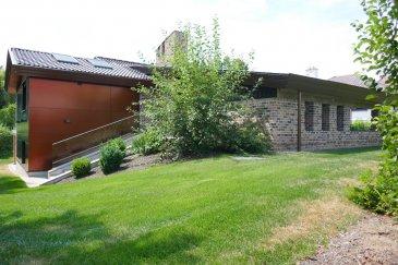 Belle maison d'une surface de 310m2 est répartie sur deux étages  située sur un terrain de 35,54ares.   La maison se compose de : Rez-de-chaussée :  Hall d'entrée qui donne accès à la lumineuse cuisine individuelle, à la salle à manger ainsi qu'au grand living avec vue sur le jardin. On dispose également de 4 chambres à coucher et de 2 salles de bains + WCs.  Le magnifique jardin est divisé en 3 parties et dispose d'une belle vue sur la nature.   Sous-sol :   On dispose de 3 chambres  à coucher, d'une grande salle de bain,  local de la chaufferie, d'une cave à vin et de plusieurs autres pièces de rangement.   La cuisine ainsi que toutes les salles de bains ont été rénovés en 2014.   Objet rare et absolument à visiter.