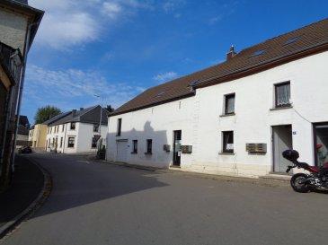 Bureau de 15,17m² à louer dans le village de Perlé, situé à 5km de la frontière belge.  Bureau meublé: 2 bureaux et chaises, 2 caissons, 3 armoires à volet.  Petit jardin et terrasse, kitchenette, salle de réunion, parkings communs.