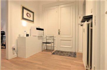 Situé dans un quartier calme du centre-ville, au 2ème étage (côté droit) d'un immeuble de style avec ascenseur, cet espace-bureau de ±66m², rénové récemment, fonctionnel et convivial se présente comme suit:  Un hall d'entrée ±6m² desservant trois bureaux de ± 10, 18 et 20m², un espace stockage ±5m² (serveur, imprimante, matériel, ...), une kitchenette ±5m², un wc séparé ±1m² et un balcon de ±3m².  Restaurants, gare et tram à proximité;  7 parkings rue Heine peuvent être loués en supplément  Détails complémentaires :  Parquet ; Double vitrage ; Hauteur sous plafond de 3 m ; Belle situation, proche de toutes commodités : commerces, restaurants, transports en commun (gare à 5 min à pieds, bus, tram, ...) ;  Loyer mensuel : 2.500€ / mois Garantie locative: 3 mois de loyer ; Forfait charges de 300€/ mois, pour autant que la consommation reste dans les limites acceptables. Ce forfait comprend l'eau, le chauffage, l'électricité et les frais d'entretien des parties communes et espaces verts ; Frais d'agence : 1 mois de loyer + TVA 17 %; Disponibilité : Immédiate ;  Agent responsable: Muzalia Sarah; Email: Sarah@vanmaurits.lu N°: 621 748 117