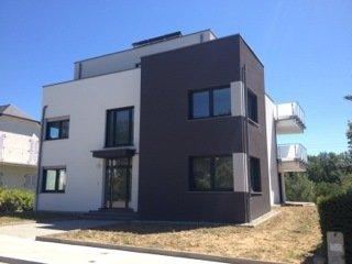 OPPORTUNITE A SAISIR POUR INVESTISSEUR. A Luxembourg-Cents, près de la Vieille Ville, immeuble avec crèche, rentabilité 6 %.  Avec option d'achat endéans 36 à 72 mois, avec plus value minimale de 12 %.  La villa est construite sur un terrain de 6,70 ares, comprenant un grand jardin, et possède une surface habitable d'environ 325 m2, plus terrasses et balcons, ainsi qu'un sous-sol pouvant accueillir 4 voitures.  Cette villa moderne, construite dans un style contemporain, possède des finitions haut de gamme soignées.  Elle dispose en outre des meilleures commodités : Ascenseur, chauffage au sol, volets électriques,…