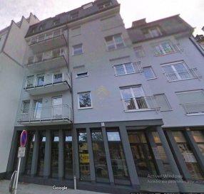 Joli studio de +/- 35m² situé au centre de Dudelange à proximité des transports, commerces, commune...  Celui-ci se compose :  Espace de vie avec salle de douche, cave et emplacement de parking intérieur.  Disponible de suite.  Loyer : 950€ Charges : 120€ Caution: 1900€ Frais d\'agence : 1111.50€ TTC Ref agence : 73379