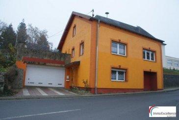 Ferschweiler est une municipalité allemande située dans le land de Rhénanie-Palatinat et l'Arrondissement d'Eifel-Bitburg-Prüm. Belle maison isolée (libre de 4 côtés) d'une surface habitable de  /-163m2 située sur un terrain de  /-2 ares. La maison se compose d'un hall d'entrée, d'un séjour avec salle-à-manger, d'une cuisine équipée, de quatres chambres-à-coucher, d'une salle de bain, d'une salle de douche, d'un w.c. séparé, d'un balcon, d'un débarras, d'une buanderie, d'une belle terrasse (68m2) et d'un jardin. Garage pour deux voitures.  - Toiture refaite en 2008 - Fenêtres double vitrage  Ref agence :1686697