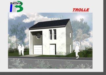 Nous vous proposons une maison à étage dans un lotissement à Delme avec toutes les commodités à disposition. Cette maison à toiture classique vous propose au RDC une partie jour avec cuisine et séjour ainsi qu'un garage. A l'étage vous disposez de trois chambres et d'une salle de bains. Vous pouvez modifier et personnaliser votre maison selon vos souhaits.