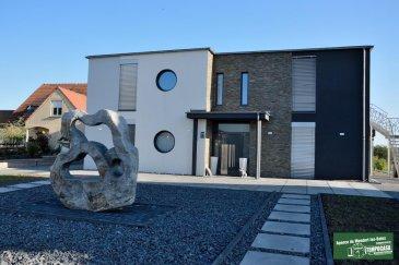 Tempocasa Mondorf-les-Bains vous propose une villa contemporaine à Himeling, construite en 2013 à vendre de 480 m² habitables avec piscine chauffée positionnée sur un terrain de 72 ares ( appropriés pour chevaux) à 3 km du Golf de Preisch, à 3 km de Mondorf-les-Bains (L), à 6 km de Frisange (L), accès rapide sur les autoroutes, à 20 minutes de Thionville et à 25 minutes de Luxembourg-Ville.  La villa propose 2 grandes terrasses exposées plein sud, dont une de 250 m² se trouvant à l'étage.   La villa se compose d'un rez-de-chaussée de 360 m², avec 5 chambres, 2 salles de bain avec baignoire et douche, 2 dressings, une grande cuisine ouverte de 35 m² , un séjour et salle à manger de 70 m², desservis par un hall d'entrée de 40 m² donnant sur une grande terrasse avec plage piscine.  Au même niveau se trouvent une buanderie, un débarras et un grand garage pour 2 voitures.  Au premier étage un appartement avec entrée indépendante de 125 m² donnant sur une terrasse de 250 m² loué à 1.300'/mois          Ref agence :JP110