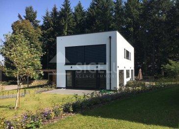 Sigelux Real Estate vous propose à la location ce beau duplex, 3 chambres.   Il se situe au 61E rue de Luxembourg L-8140 Bridel,  dans  maison récente, composée de 2 appartements seulement. Il accède de plein pied à une terrasse au rez de chaussée entourée de verdure .  Il est entièrement câblé et connecté fibre pour le télétravail.  Sa surface habitable est de140 m2, il dispose :         - hall d'entrée avec rangement         - cuisine équipée séparée         - salon, salle à manger vue dégagée sur la forêt         - une toilette séparée   Au 1er étage :         - une suite parentale avec dressing, salle de bains ( baignoire  et douche italienne) vue complétement dégagée  sur la forêt,         - 1 toilette séparée          - 2 chambres a coucher  qui peuvent aussi être aménagées en bureau pour le télétravail         - salle de douche avec WC         - 2 places de parking extérieures          - parquet, chauffage au sol, volets électriques, système d'alarme  Loyer : 3100€ Charges : 300€  Garantie locative : 3 mois de loyer  Frais d'agence 1 mois de loyer + Tva   DISPONIBILE LE 1 FÉVRIER 2021   Pour plus de renseignement ou un Rendez-vous pour visiter contactez : SIGELUX : 46 71 31 ou info@sigelux.lu