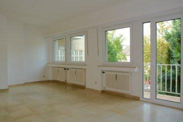 Nous vous proposons en vente un appartement lumineux entièrement rénové. Nouvelles fenêtres triple vitrage avec volets!  Au 1er étage: - L'appartement dispose d'un hall d'entrée avec placards de rangement - une pièce living/salle à manger avec accès au balcon vers l'avant de la résidence, - une nouvelle cuisine entièrement équipée avec accès au petit balcon de derrière pouvant acceuillir une petite table et 2 chaises, - deux chambres à coucher, - une salle de bains avec fenêtre donnant vers l'arrière du bâtiment (bidet, double lavabo, baignoire) avec son coin buanderie, - WC séparé avec lavabo.  Le sol du living et du vaste hall sont couverts en pierre naturelle de Travertin beige de bon état d'entretien. Les sols des deux chambres et de la cuisine sont couverts d'un revêtement en vinyl neuf de structure bois.  Au Niveau sous-sol: - cave privative avec fenêtre - garage privatif fermé pour une voiture dans l'immeuble  Pas de bail emphytéotique!!!
