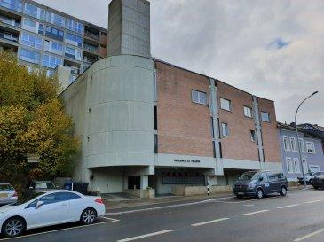 Situé à Howald, au troisième étage d'un immeuble datant de 1970, cet espace de bureaux de ± 122 m², accessible par ascenseur, se compose comme suit:  Une réception ± 8 m², un bureau en open-space ± 38 m², un local d'archivage ± 15 m², deux bureaux de ± 25 et 40 m² et des sanitaires H/F séparés.  Kitchenette commune à proximité   Détails complémentaires:  - Les bureaux peuvent être scindés en 2 parties indépendantes; un bureau de ± 40 m² avec accès privatif et un espace trois bureaux de ± 90 m² incluant les sanitaires. - Parking à côté du bâtiment ; - Proche des connexions autoroutières et des transports en commun (bus, gare) ; - Garantie: 2 mois de loyer ; - Loyer: 2000 €/mois - Avance sur charges: 180 €/mois ; - Frais d'agence: 1 mois de loyer + tva.