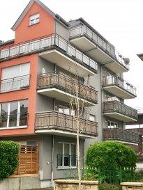 Tempocasa Strassen, vous propose ce magnifique duplex situé au 3ème et dernier étage dans une résidence tranquille, à 11 unités, construite dans l'année 2007. Le bien dispose d'une surface habitable de 112,20 m2 bien agencée.  Le 1ér niveau dispose d'une surface habitable de 51,00 m2 et se compose comme suit: - un hall d'entrée - un WC séparé - une grande cuisine moderne ouverte avec accès sur le 1ér balcon d'une   superficie de 4,70 m2 - une grand living et salle à manger avec accès sur le 2ème balcon d'une   superficie de 9,45 m2  Le 2ème niveau dispose d'une surface habitable de 61,20 m2 et se compose, comme suit: - un hall de nuit - une grande chambre parentale de 21,95 m2 avec accès sur le balcon    d'une superficie de 5,81 m2 - une chambre de 12,71 m2 et une chambre de 12,69 m2 - une grande salle de bain avec baignoire