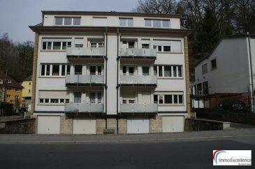 SOUS COMPROMIS !! IMMO EXCELLENCE vous propose en exclusivité un appartement d'une surface habitable de 75,5 m2,  situé au rez-de-chaussée d'une Résidence. L'appartement se compose comme suit :  Un hall d'entrée ( 6.88 m2 ), une pièce pour la cuisine ( 12.83 m2 ) avec accès direct sur un balcon, une chambre-à-coucher ( 13.90 m2 ), une deuxième chambre-à-coucher ( 16.74 m2 ), une salle-de-bains ( 2.89 m2 ), un double séjour ( 20.42 m2 ) avec accès direct sur un balcon ( 5.54 m2 ), une cave ( 3,20 m2 ), un garage ( 17,57 m2 ) ainsi qu'un emplacement extérieur.   L'appartement se situe à quelques minutes du Kirchberg et à seulement 15 minutes du centre-ville de Luxembourg.  La chaudière de marque VIESSMAN date de 2018.  Situation idéale à proximité de toutes commodités. Ref agence :3426758