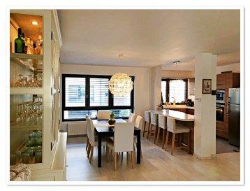 A vendre, magnifique maison de quatre chambres à coucher, d'une surface de 183 m2 sur un terrain de 1,54 ares, située à Esch-Sur-Alzette.   La maison se compose comme suit:  Au rez-de-chaussée se trouvent un garage pour 2 voitures, une cave, une buanderie avec sortie sur le jardin, un hall et un WC séparé.   Au rez-de-jardin, vous attendend un grand séjour de 56m2 avec sortie sur la terrasse et une cuisine ouverte équipée.  Au premier étage la maison offre un hall, une chambre à coucher avec accès balcon, une deuxième chambre à coucher, une salle de bains avec douche et WC.  Au deuxième étage se trouvent encore une chambre à coucher avec grand dressing, une deuxème chambre à coucher et une salle de bain avec baignoire et douche.