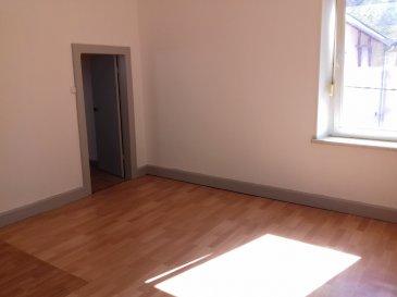 Au calme et à proximité des écoles, appartement au 2ème étage, comprenant entrée, cuisine, séjour, 2 chambres, bureau, salle de bains avec WC et grenier.